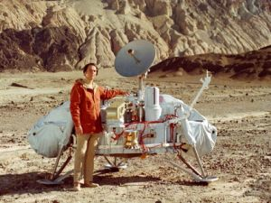 Carl Sagan with a model of the Viking lander. Carl Sagan with a model of the Vik