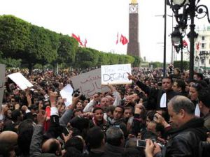 Tunis, Tunisia: Thousands of demonstrators took to the streets of the capital on Friday to demand the president's resignation, despite concessions in his speech on Thursday. | © Maxppp/ZUMAPRESS.com.